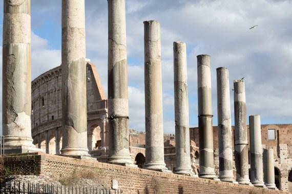 Colosseum set gennem nogle høje gamle søjler i forgrunden