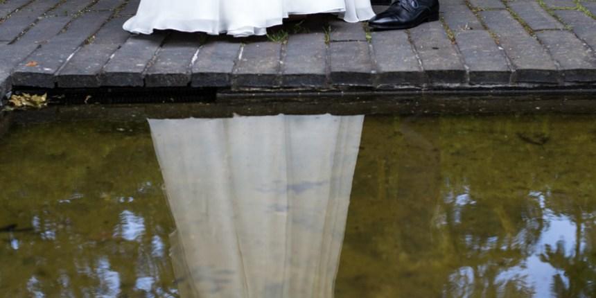 Brudepar spejles i vandet