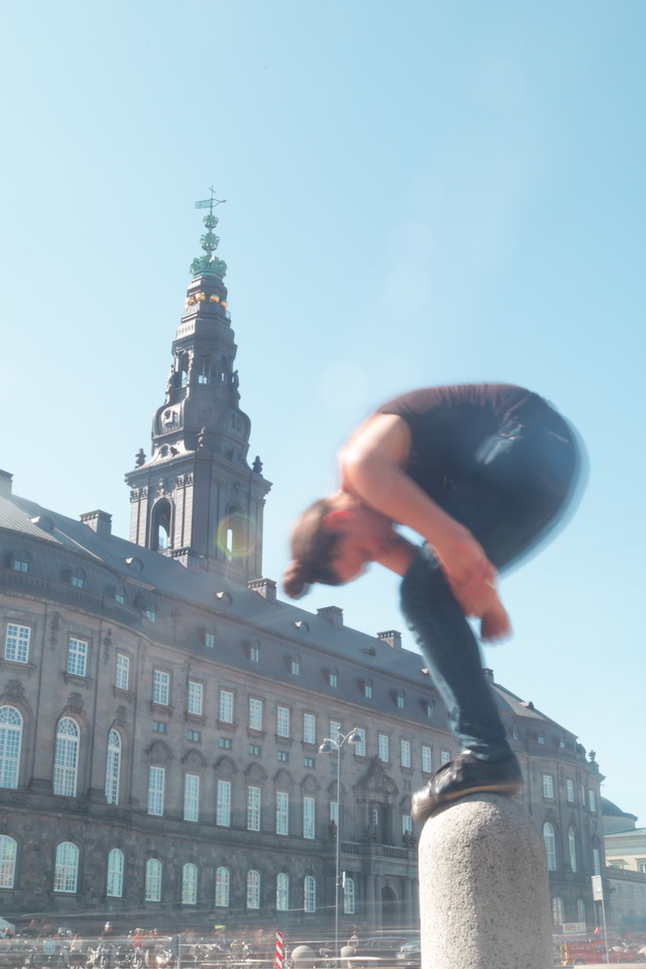 Menneskelig skulptur på en piedestal foran Christiansborg