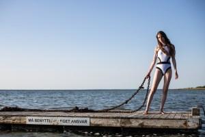 model på tømmerflåde med kæde i hånden