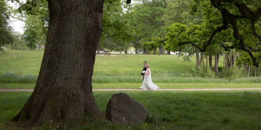 brudepar går i parken