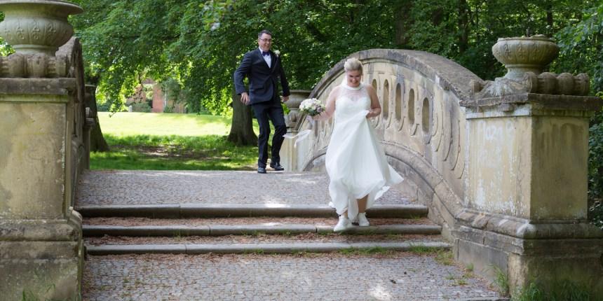 brudepar løber på bro