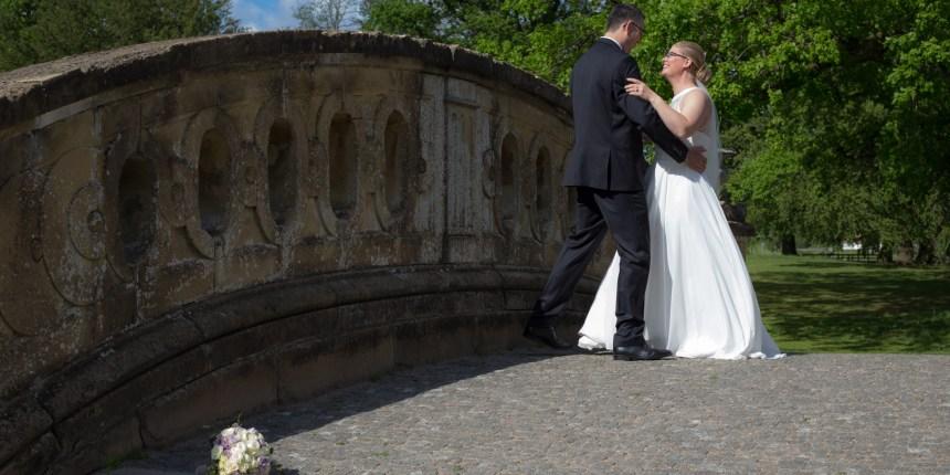 brudepar danser brudevals på bro