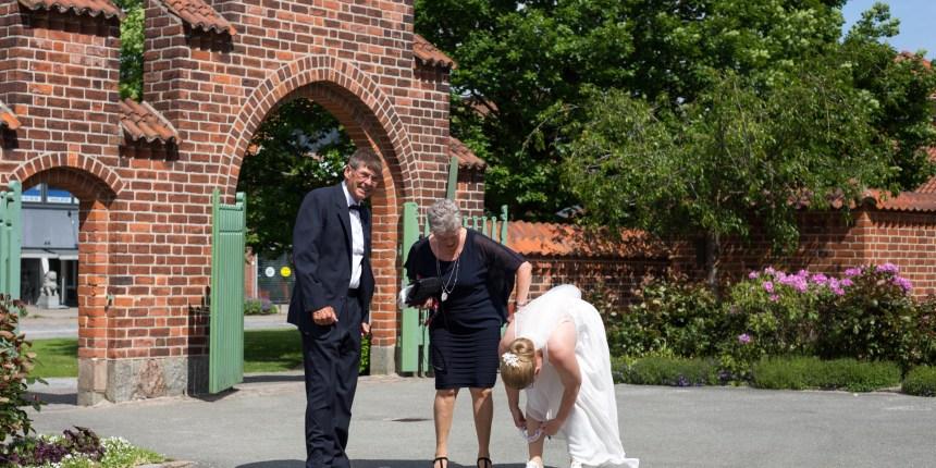 bruden ankommer til kirken med forældrene