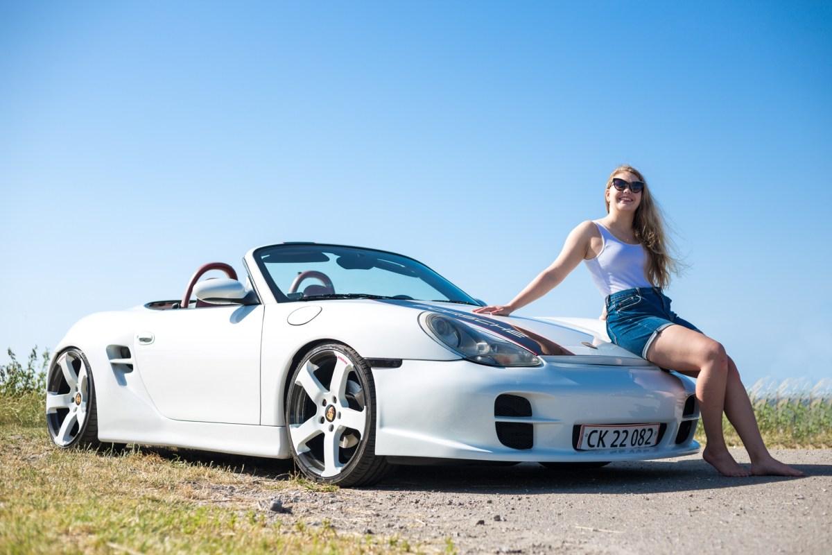 model på Porsches kølerhjelm