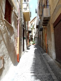 alley-in-town-centre-sicily-italy