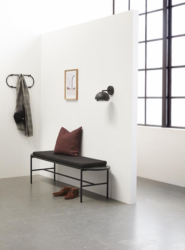 Hubsch bij C-More Concept Store | Houten bankje met kussen in zwart | zitten | hal