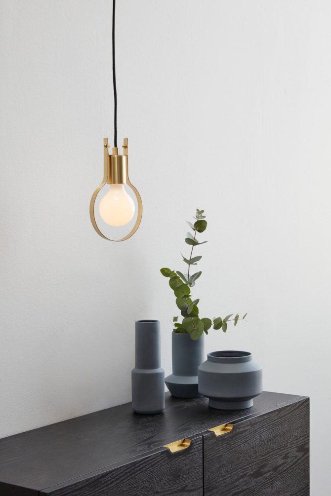 Hubsch bij C-More Concept Store | Houten kast messing handgrepen | Dressoir in zwart hout opbergen