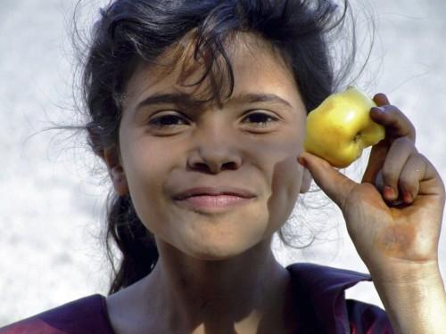 """Que sera devenue cette fillette """"à la pomme"""", en Eve innocente souriant à l'étranger ?"""