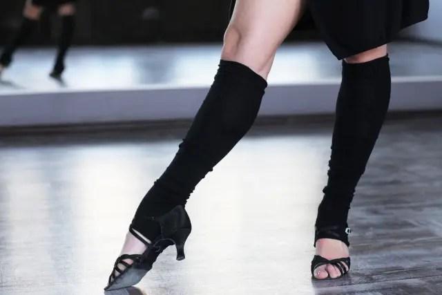 ダンスする女性の足