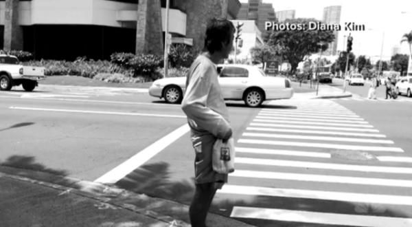 她在街頭專拍流浪漢,卻意外遇見25年前拋棄自己正在流浪的父親...最後知道他的經歷徹底崩潰了!