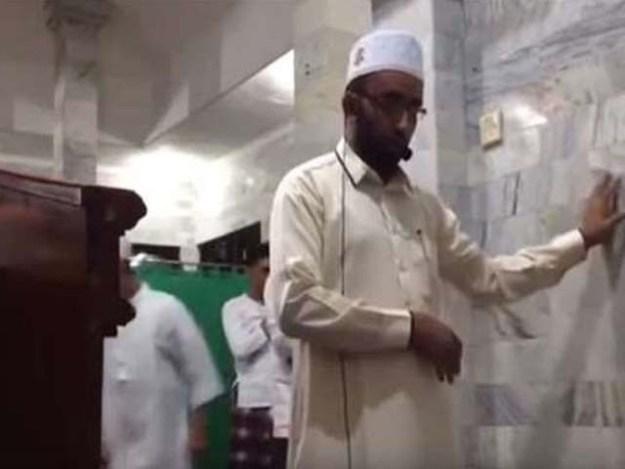 زلزلے کے جھٹکوں کے دوران امام مسجد نے آیۃ الکرسی کی رقت آمیز تلاوت جاری رکھی۔ فوٹو : فائل