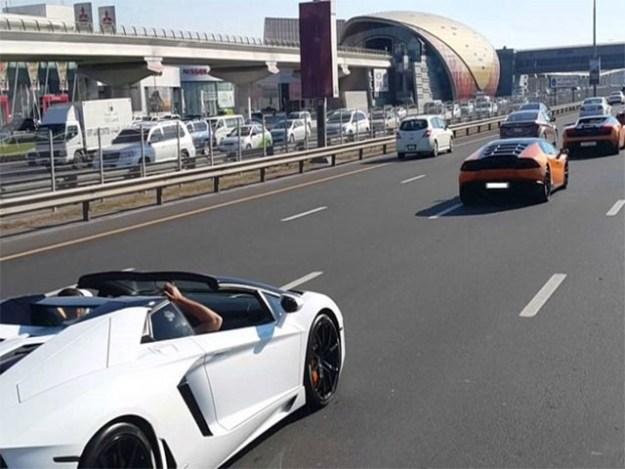 ڈرائیور نے 240 کی رفتار سے گاڑی چلائی اور تین گھنٹے کے دوران 33 بار ٹریفک قوانین کی خلاف ورزی کی (فوٹو: فائل)