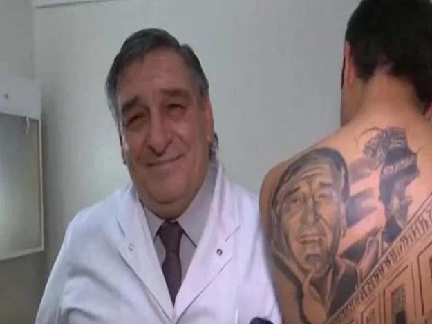 کینسر کا علاج کرنے والے سرجن اور نوجوان کی پیٹھ پر بنے ٹیٹو کی تصویر (فوٹو : کروبا)