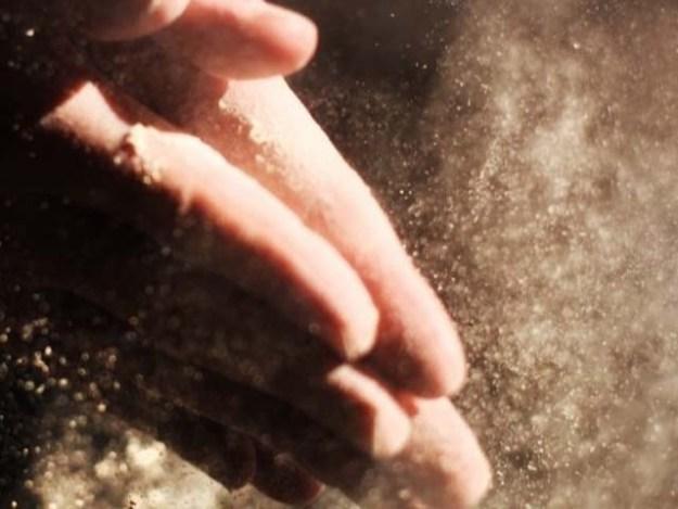 مٹی میں کئی جان لیوا جراثیم موجود ہوتے ہیں۔ فوٹو : فائل