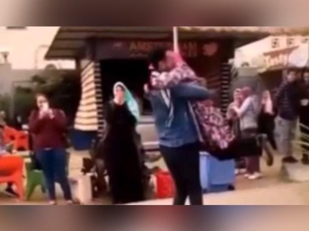 گلے لگنے پر لڑکی کا داخلہ منسوخ کردیا گیا تھا، فوٹو: اسکرین گریب