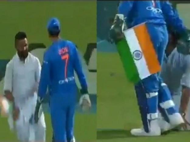 شائق کے ہاتھوں میں بھارتی پرچم تھا، وہ گھٹنوں کے بل جھک کردھونی کے پاؤں چھونے لگا۔ فوٹو: فائل