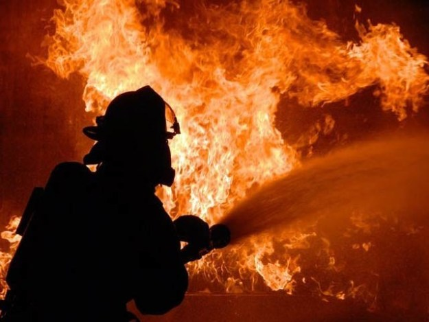 فائربریگیڈ کی 12 گاڑیاں اور 15 واٹر باؤزر آگ بجھانے میں مصروف ہیں۔ فوٹو: فائل