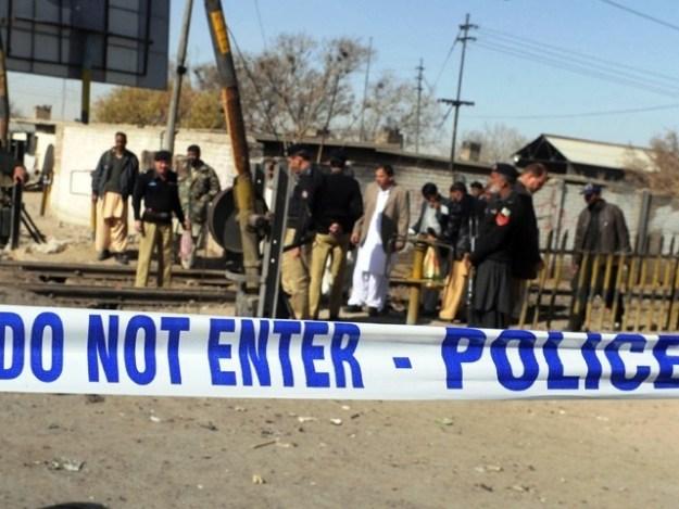 موٹر سائیکل پر سوار 2 افراد نے پولیس وین اندھا دھند فائرنگ کی، پولیس۔ فوٹو : فائل