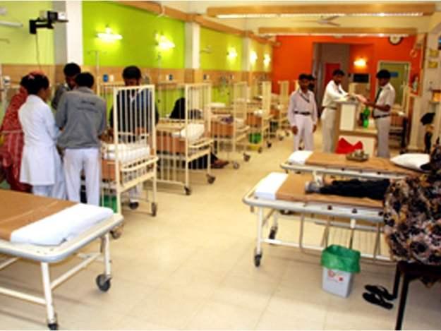 تیز بخار، پیٹ میں درد، کھانسی اور بھوک نہ لگنا بیماری کی علامات ہیں، ڈاکٹر عمر سلطان۔ فوٹو: فائل