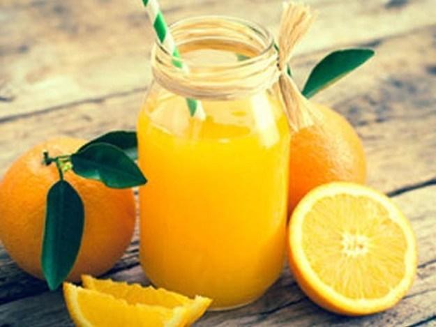 ایک گلاس تازہ نارنجی کا رس پینے سے فالج کا خطرہ 25 فیصد تک کم ہوجاتا ہے۔ فوٹو: فائل