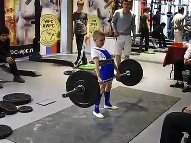 ٹموفے کلے واکن نامی لڑکا 11 سال کی عمر میں 100 کلو گرام وزن ایک حد تک اٹھا سکتا ہے اور وہ 105 کلو گرام وزن کا ریکارڈ بنانا چاہتا ہے (فوٹو: اوڈٹی سینٹرل)