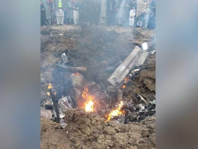 مردان میں پاک فضائیہ کا تربیتی طیارہ گرکرتباہ، پائلٹ زخمی