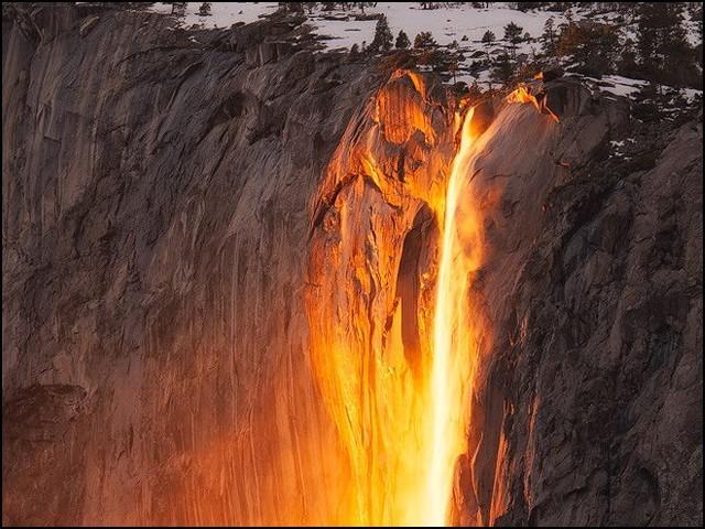 اس آبشار سے سرد موسم میں آگ بہتی ہے!