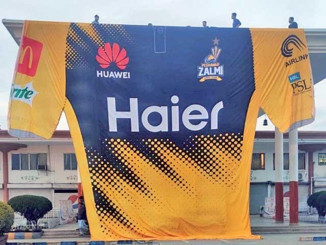 پشاور زلمی کے فین پارک میں سب سے بڑی شرٹ کی رونمائی ہو گئی