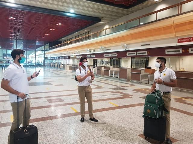 پاکستان کرکٹ کا 31 رکنی دستہ انگلینڈ روانہ ہوگیا