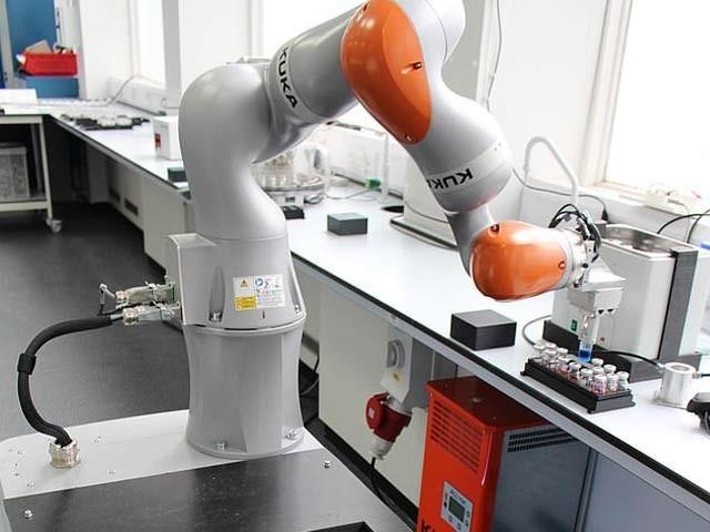 روبوٹ سائنسداں نے مہینوں کے سائنسی تجربات تین روز میں نمٹادیئے