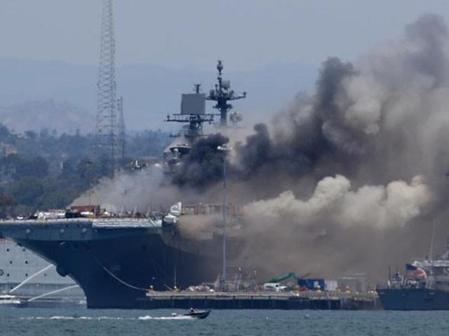 امریکی جنگی بحری جہاز میں زوردار دھماکا اور آتشزدگی، اہلکاروں سمیت21 افراد زخمی