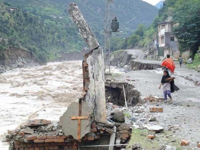 سوات میں رابطہ پل سیلاب میں بہہ جانے سے زمینی رابطہ منقطع، ہزاروں سیاح پھنس گئے