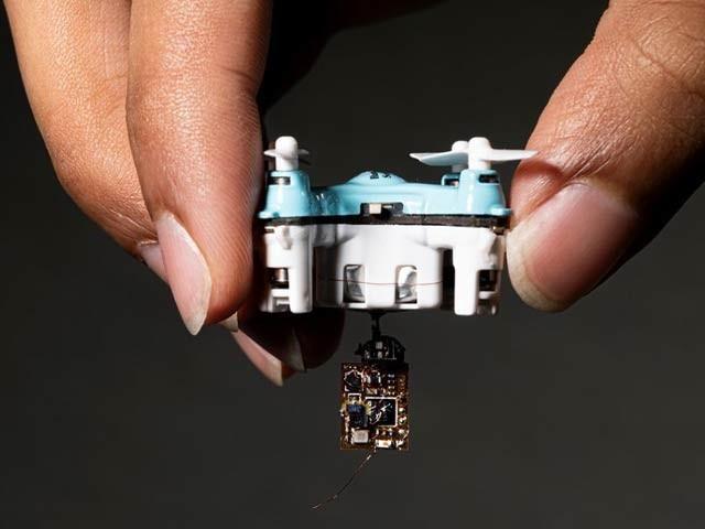تتلیوں اور کھلونا ڈرون سے گرائے جانے والے باریک سینسر تیار