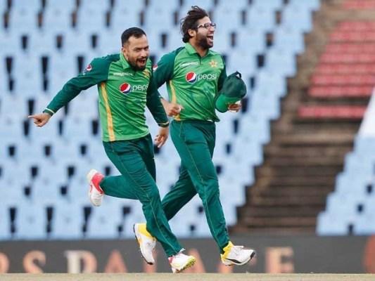 پاکستانی کرکٹ ٹیم کا لائزن آفیسر پاکستنانی پرچم تھامے رقص کرنے والوں کے اردگرد دیکھا جاسکتا ہے: فوٹو: فائل