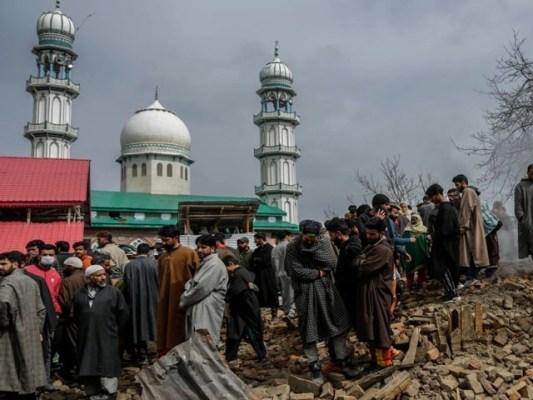 ضلع شوپیاں میں مسجد کے نزدیک گزشتہ چوبیس گھنٹوں میں 5 کشمیری نوجوانوں کو شہید کیا گیا، فوٹو: فائل