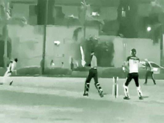بولرسیدھی گیند سرپرلگتے ہی زمین پرلڑھک جاتا ہے،تمام کھلاڑی اس کی جانب لپکتے ہیں مگروہ اپنی آخری سانسیں لے چکا ہوتاہے۔ فوٹو: سوشل میڈیا