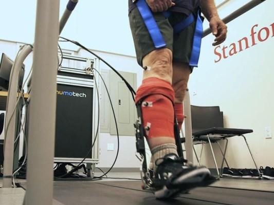 بیرونی ڈھانچے کی بدولت بوڑھے افراد اب معمول سے 40 فیصد زائد تیز چل سکتے ہیں۔ فوٹو: اسٹینفرڈ یونیورسٹی
