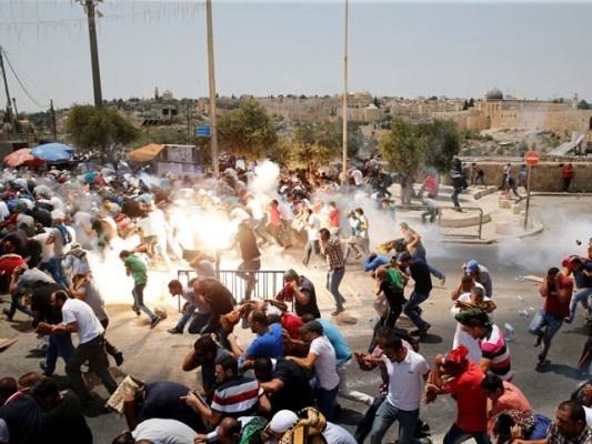 اسرائیلی فوج نے نمازیوں پر کریکر پھینکے، فوٹو: فائل