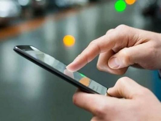 آئندہ سے ایک پاسپورٹ پر پانچ کے بجائے صرف ایک موبائل فون رجسٹرڈ ہوسکے گا، ایف بی آر (فوٹو : فائل)