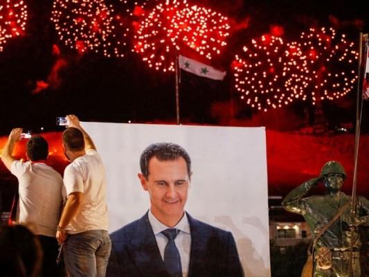 بشار الاسد کی کامیابی کے اعلان کے بعد حامی جشن منارہے ہیں، فوٹو: اے ایف پی