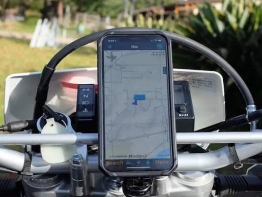 آئی فون کے استعمال کنندگان کو چاہیئے کہ وہ نقصان سے بچنے کے لیے فون وائبریشن جذب کرنے والے ماؤنٹ میں لگائیں، ایپل۔(فوٹو: انٹرنیٹ)