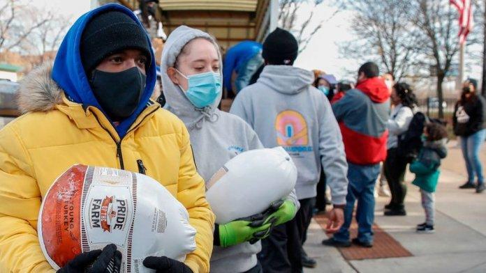 शिकागो, इलिनोइस में थैंक्सगिविंग के आगे टर्की देने वाले स्वयंसेवक