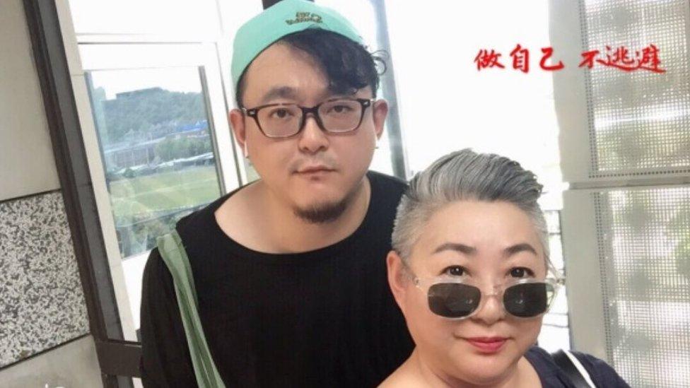 """Pu Chunmei publico está foto junto a su hijo que tituló así: """"Sé tú mismo, no te escondas""""."""