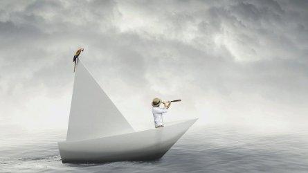 Hombre mira con un telescopio en un barco.