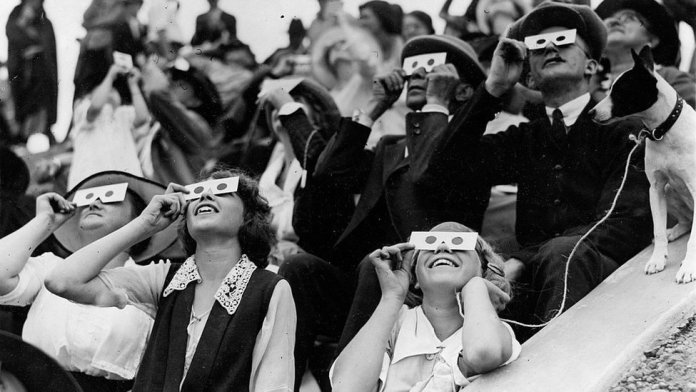 People watching an eclipse on September 10, 1923.