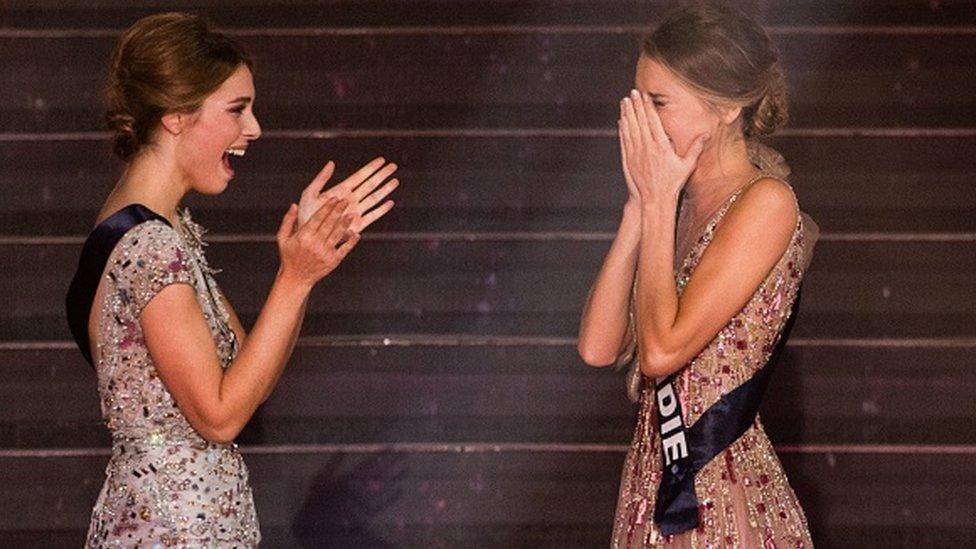 Miss France 2021 nouvellement élue, Miss Normandie Amandine Petit (à droite) réagit devant Miss Provence April Benayoum