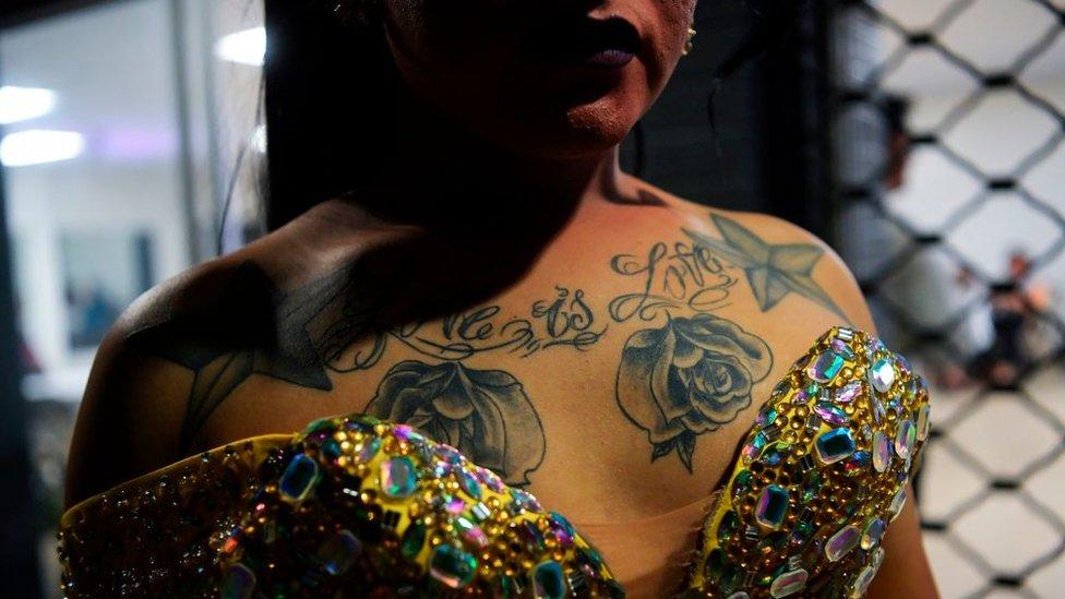 Una concursante de 'Miss Gay El Salvador 2020' se prepara detrás del escenario antes del concurso en San Salvador, El Salvador el 9 de febrero de 2020