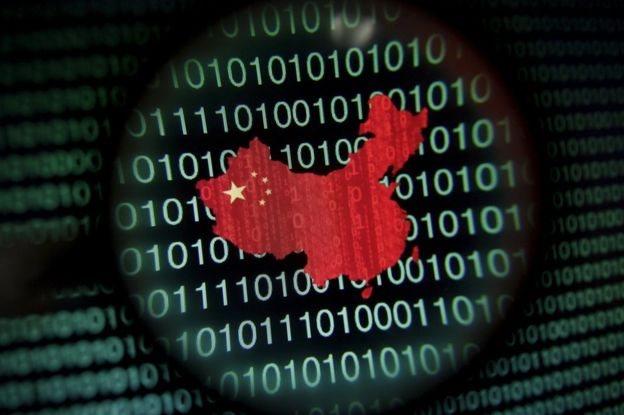 Código binario con el mapa y bandera de China
