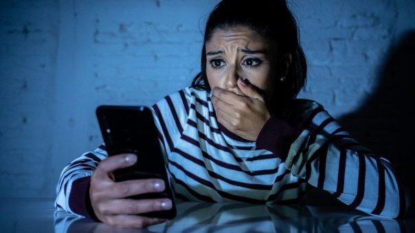 Una mujer viendo una pantalla